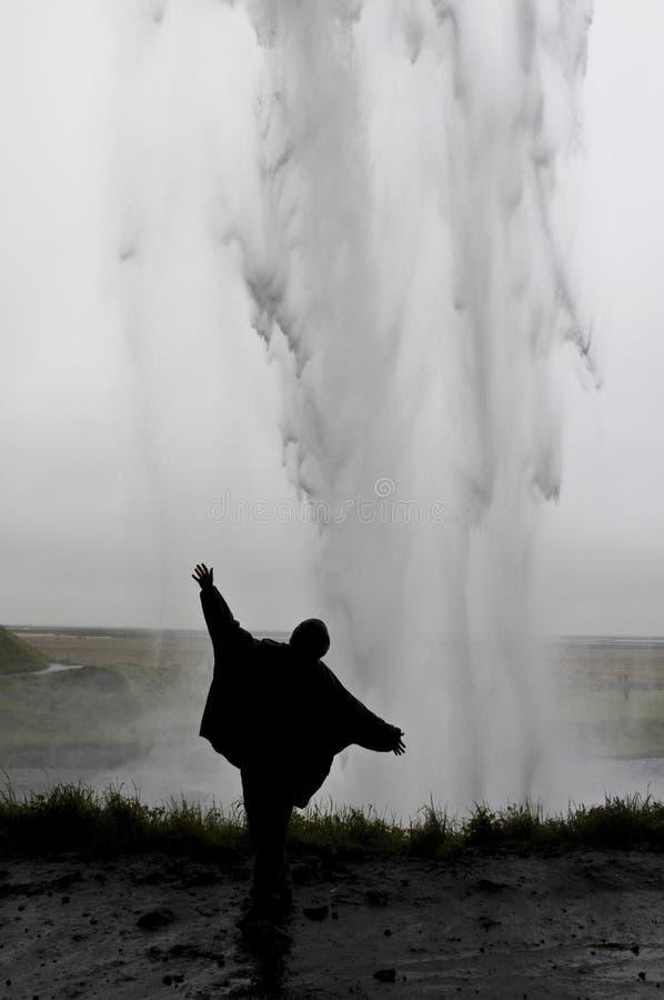 Kvinna bak vattenfallet arkivbilder