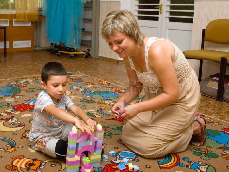 Kvinna barn, pojke, konstruktör royaltyfri bild
