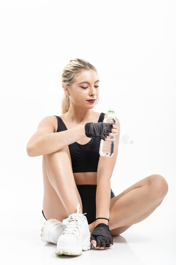Kvinna efter sportdricksvatten arkivfoton