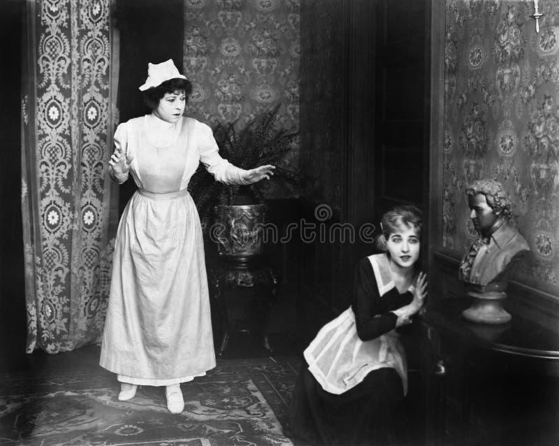 Kvinna fångad tjuvlyssnande på dörren (alla visade personer inte är längre uppehälle, och inget gods finns Leverantörgarantier so royaltyfri fotografi