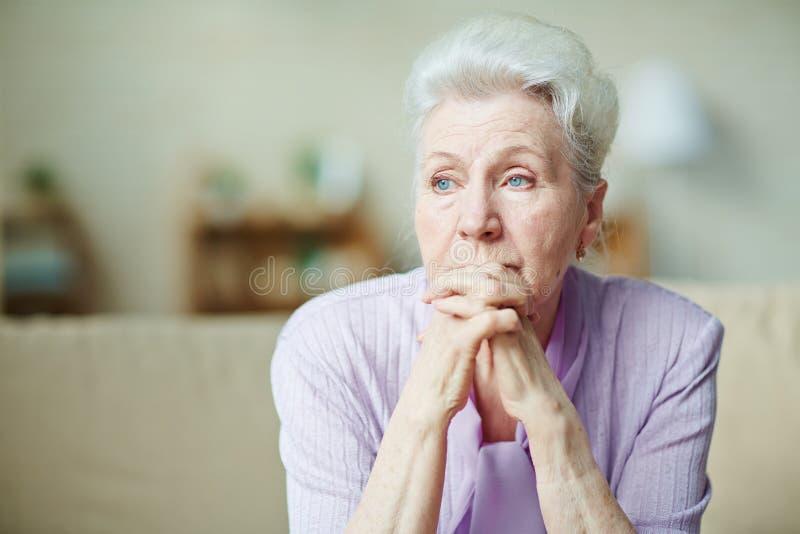 kvinna för åldringögonfokus arkivfoto