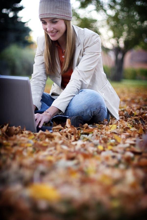 kvinna för 22 bärbar dator arkivbild