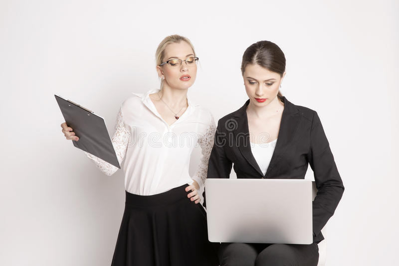 Kvinna för affär två på en vit bakgrund arkivbild