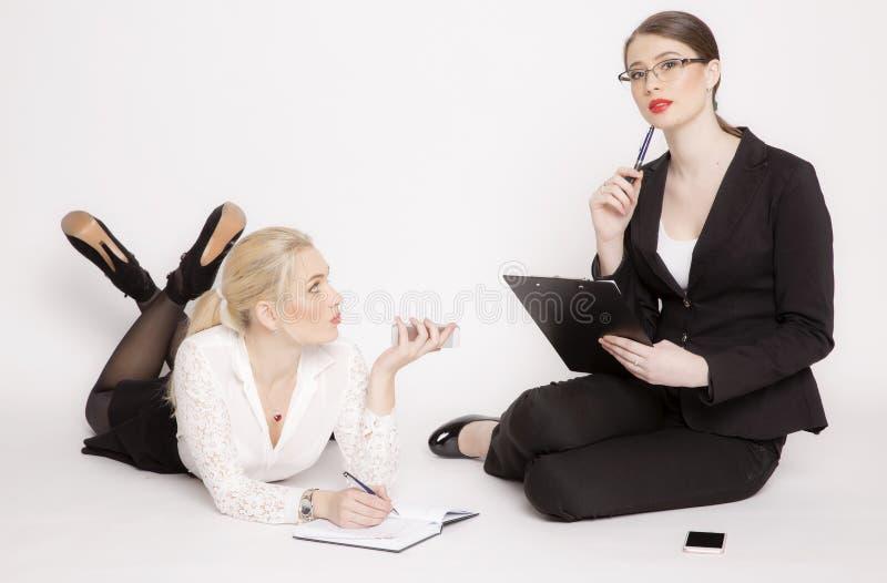 Kvinna för affär två på en vit bakgrund royaltyfri fotografi