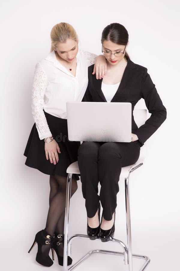 Kvinna för affär två på en vit bakgrund royaltyfria bilder