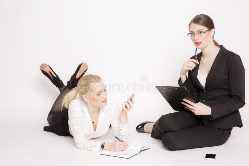 Kvinna för affär två på en vit bakgrund fotografering för bildbyråer