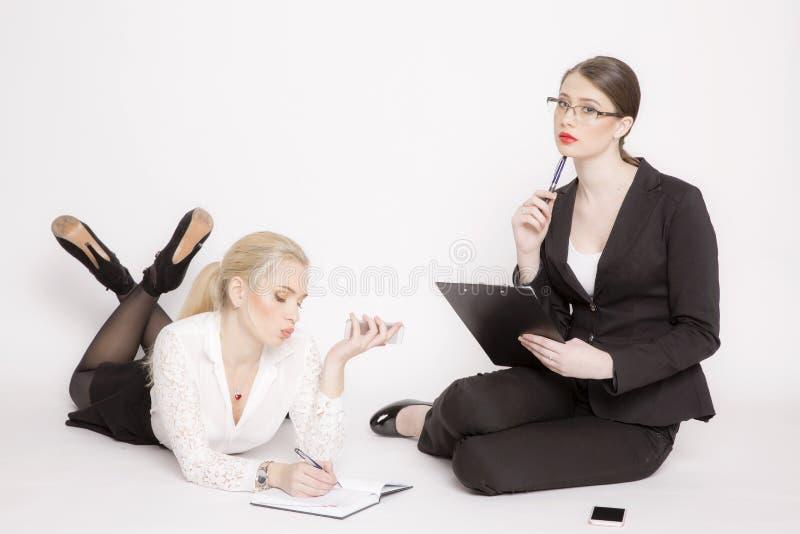 Kvinna för affär två på en vit bakgrund royaltyfria foton