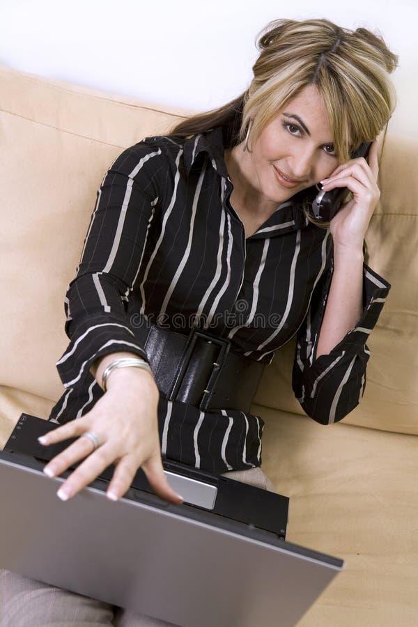 kvinna för affärsbärbar datortelefon fotografering för bildbyråer