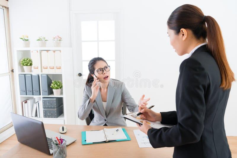 Kvinna för affärschef som använder den mobila mobiltelefonen royaltyfria foton