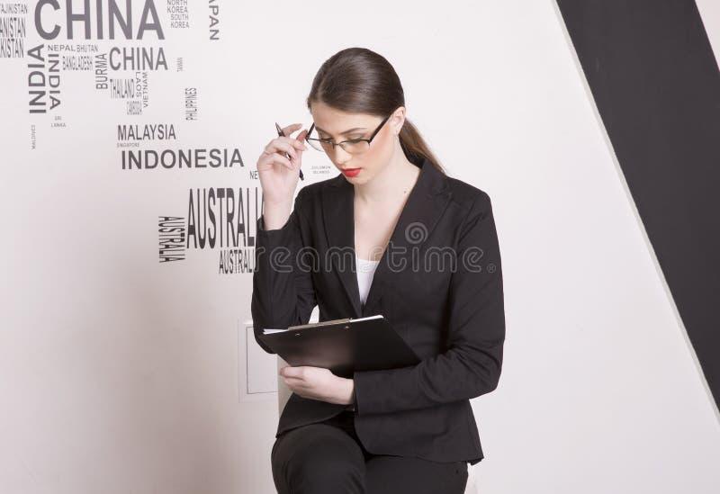 kvinna för affärsexponeringsglasstående arkivbilder
