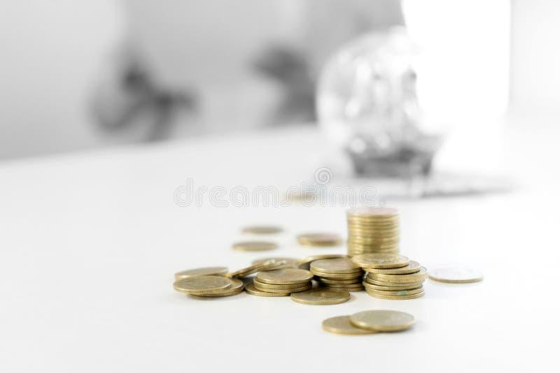 Kvinna för affärsman att rymma mot efterkrav myntet i raden in royaltyfri bild