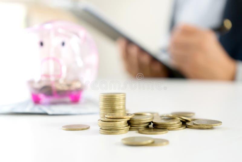 Kvinna för affärsman att rymma mot efterkrav myntet i raden in royaltyfria bilder