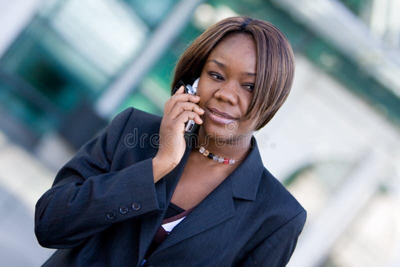 kvinna för afrikansk amerikanaffärstelefon royaltyfria foton
