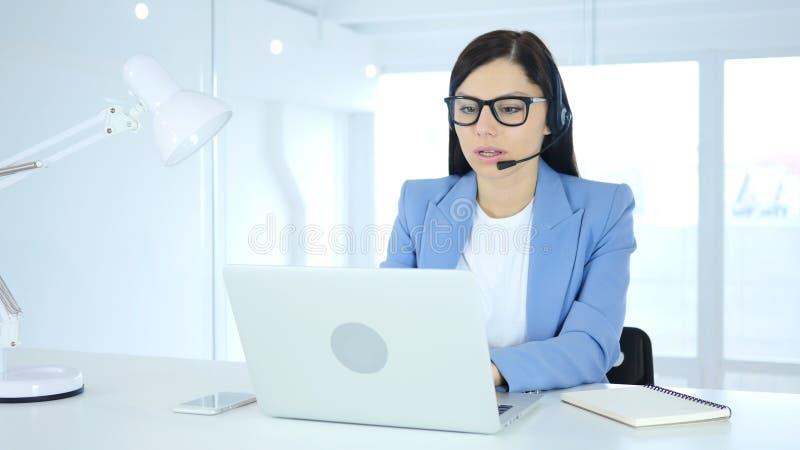 Kvinna för appellmitt som i regeringsställning arbetar på bärbara datorn arkivfoton