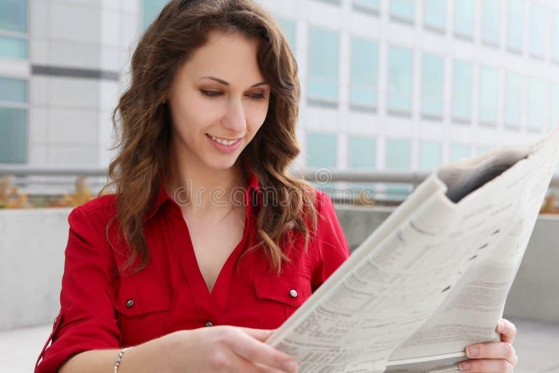 kvinna för avläsning för affärspapper royaltyfria foton