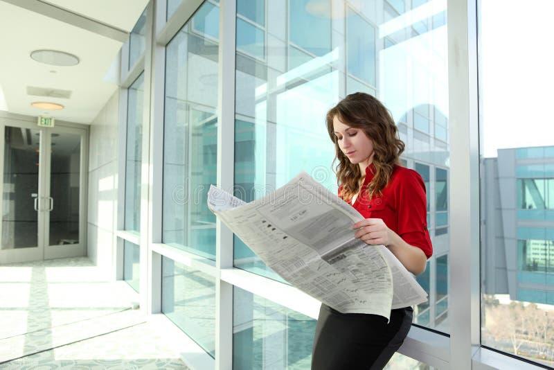 kvinna för avläsning för affärstidning arkivbilder