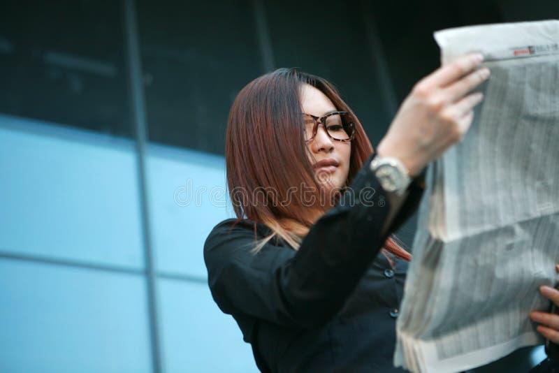 kvinna för avläsning för affärstidning royaltyfri bild