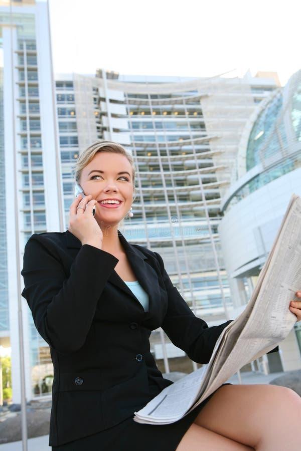 kvinna för avläsning för affärstidning nätt royaltyfria foton