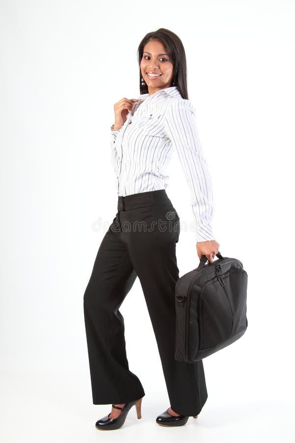 kvinna för bärbar dator för påseaffär full skjuten längd arkivfoton