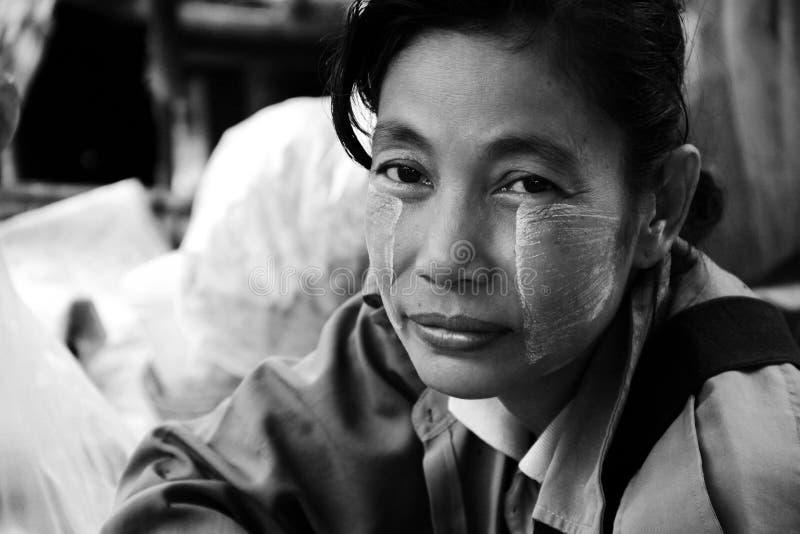 kvinna för bagomyanmar stående fotografering för bildbyråer
