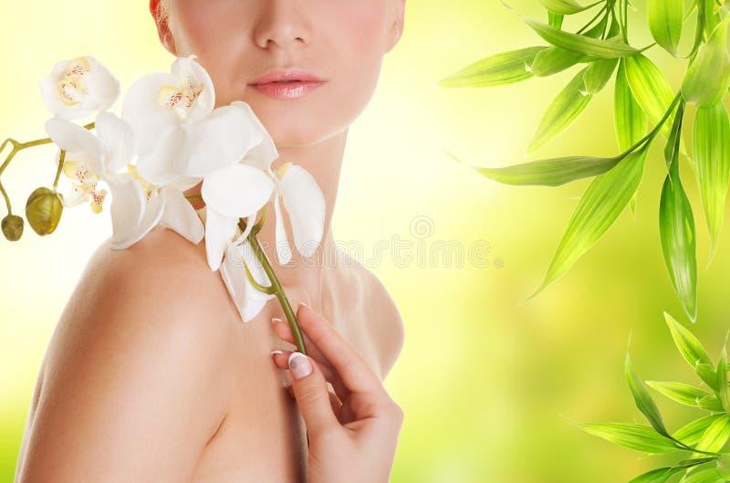 kvinna för blommaorchidwhite fotografering för bildbyråer