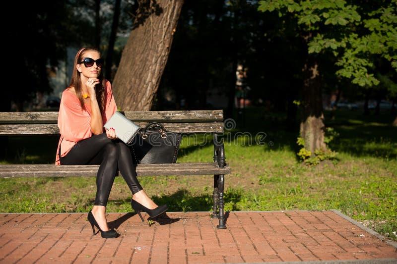 Kvinna för brunett för bloggstil härlig i trendigt posera för klänning fotografering för bildbyråer