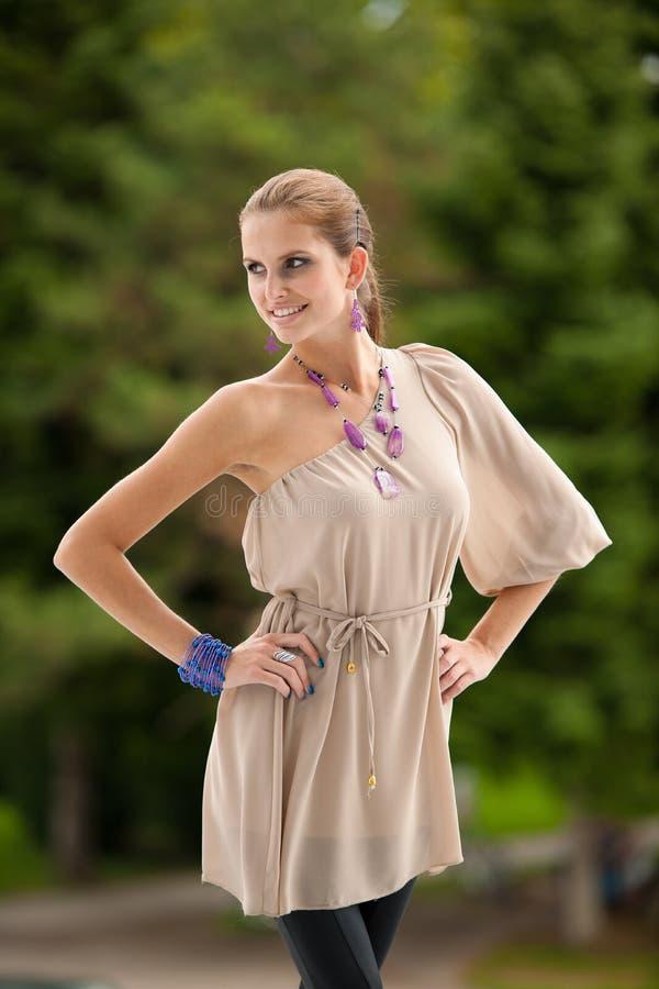 Kvinna för brunett för bloggstil härlig i trendigt posera för klänning royaltyfria bilder