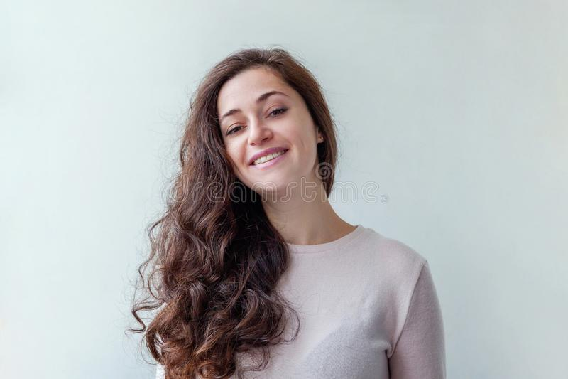 Kvinna för brunett för skönhetstående ung lycklig positiv på vit bakgrund royaltyfria bilder