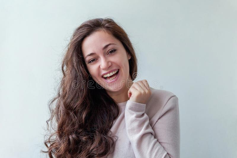 Kvinna för brunett för skönhetstående ung lycklig positiv på vit bakgrund royaltyfri foto