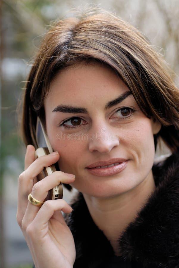 kvinna för cellholdingtelefon royaltyfria foton