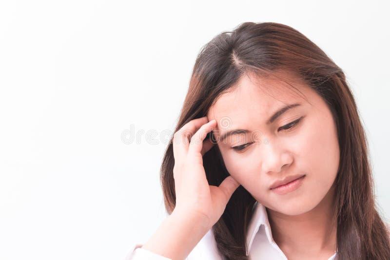 Kvinna för Closeupståendeaffär med huvudvärk royaltyfria bilder