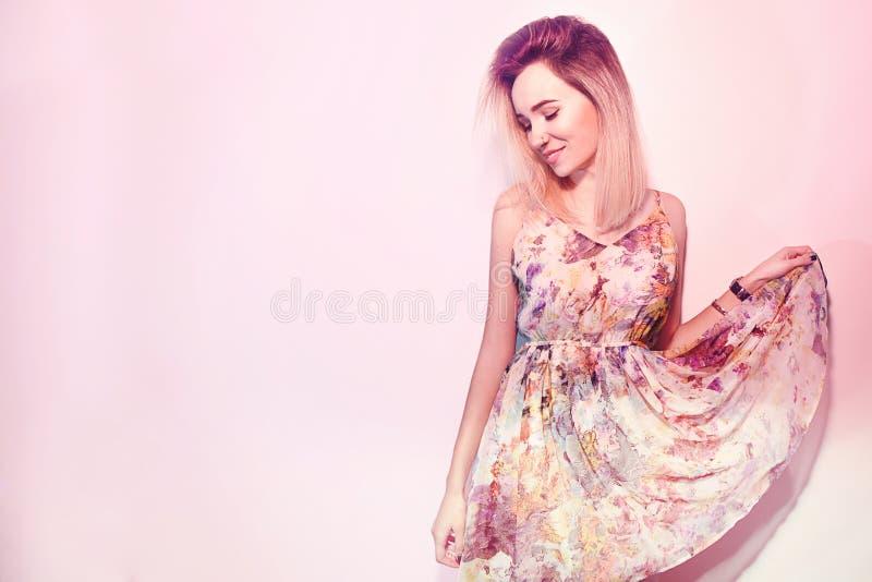 Kvinna för dag för skönhetvalentin` s i klänning Modemodellen Girl vänder mot profilståenden Leende i rosa bakgrund royaltyfri fotografi