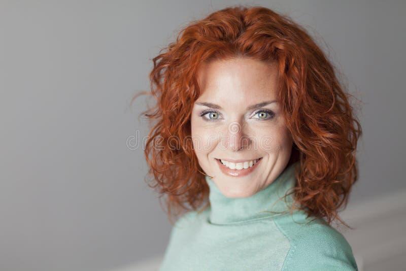 kvinna för deltagare för affärskvinnakvinnligstående möjlig le royaltyfri foto