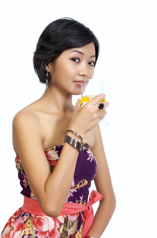 kvinna för drinkfruktsaftorange arkivfoton