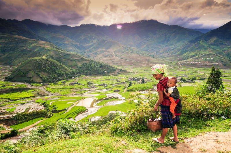 Kvinna för etnisk minoritet med hennes son i Vietnam royaltyfria foton