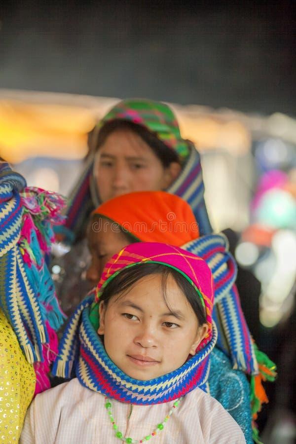 Kvinna för etnisk minoritet som ler, på den gamla Dong Van marknaden fotografering för bildbyråer