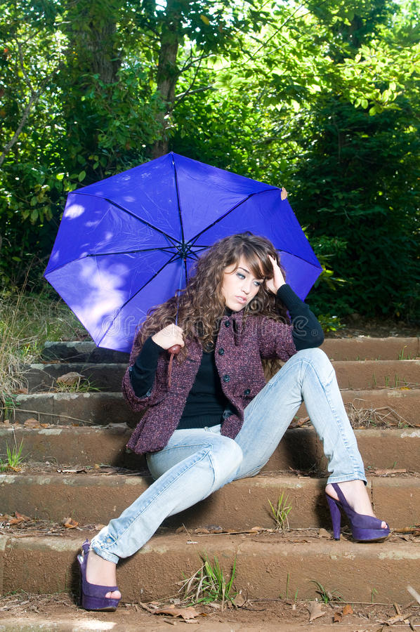 kvinna för fallparkparaply arkivfoton