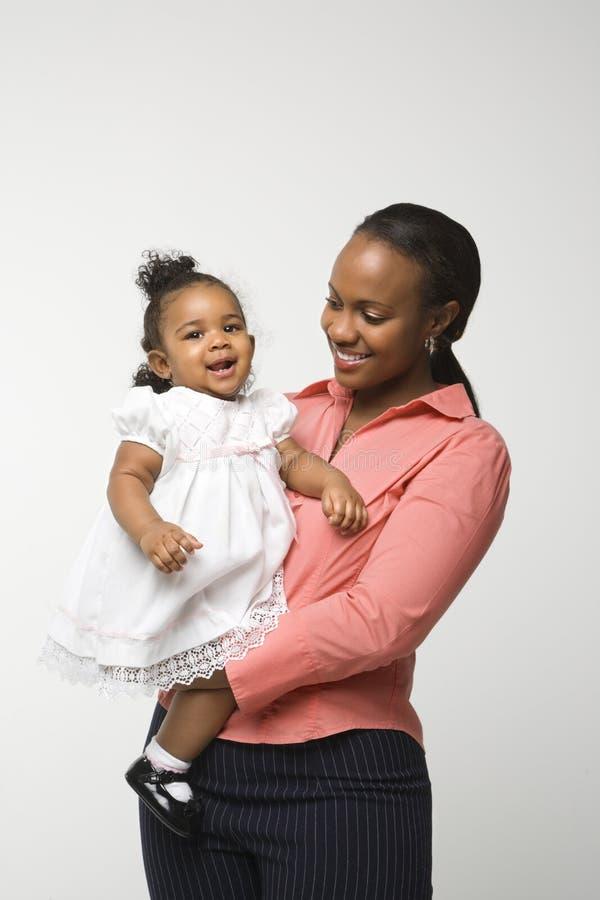 kvinna för flickaholdingspädbarn arkivbild