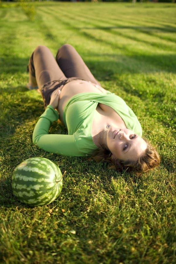 kvinna för gräsmelonpregnantt arkivbilder