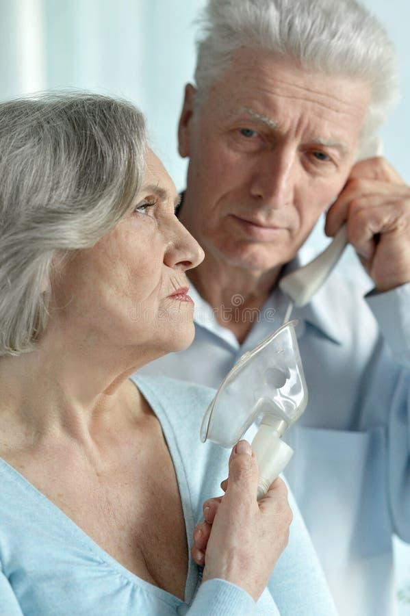 Kvinna för hög man och pensionär arkivfoton