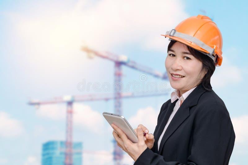 Kvinna för hög tekniker på konstruktionsplatsen arkivfoto