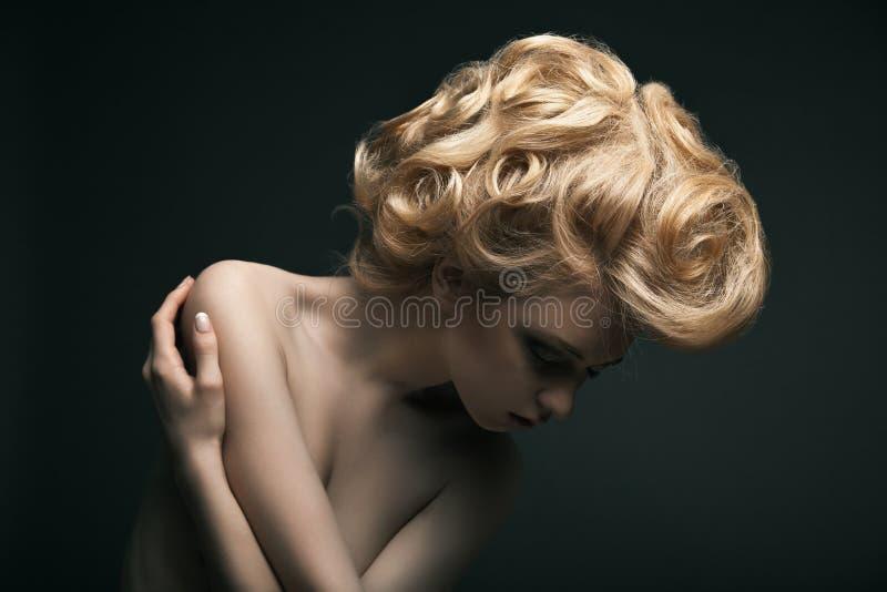 Kvinna för högt mode med abstrakt hårstil royaltyfria bilder