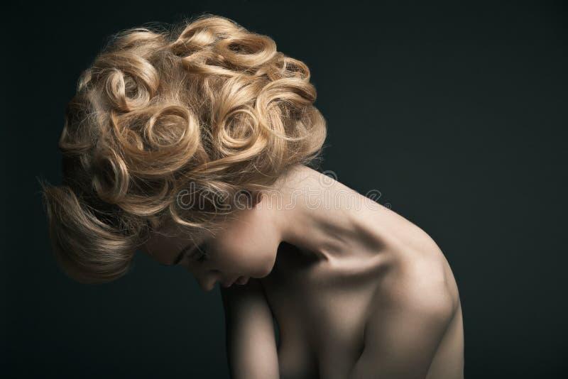 Kvinna för högt mode med abstrakt hårstil royaltyfri foto