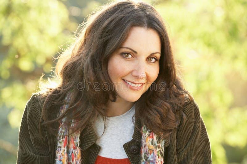 kvinna för höstliggande utomhus arkivfoto