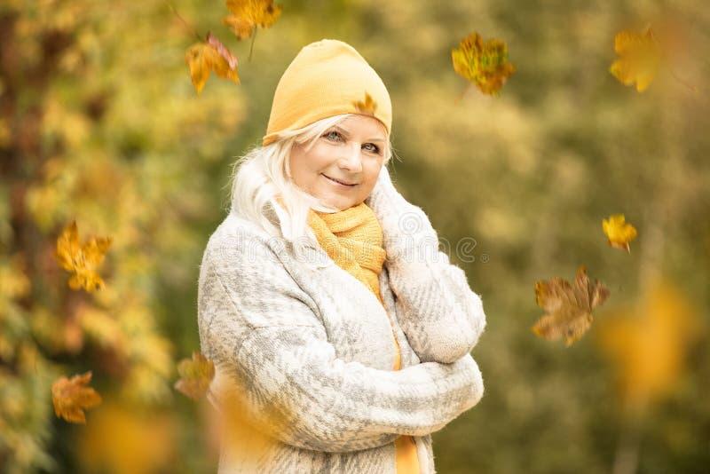 kvinna för höstparkpensionär arkivbilder
