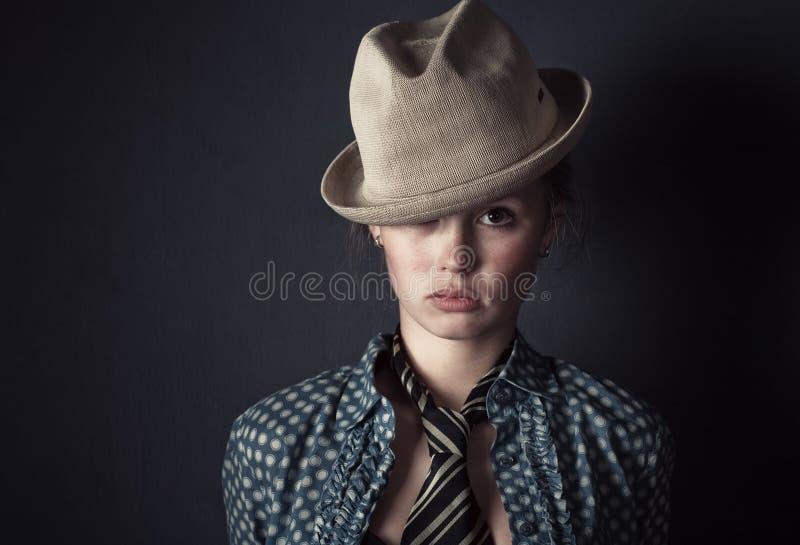 kvinna för hattståendetie royaltyfri fotografi