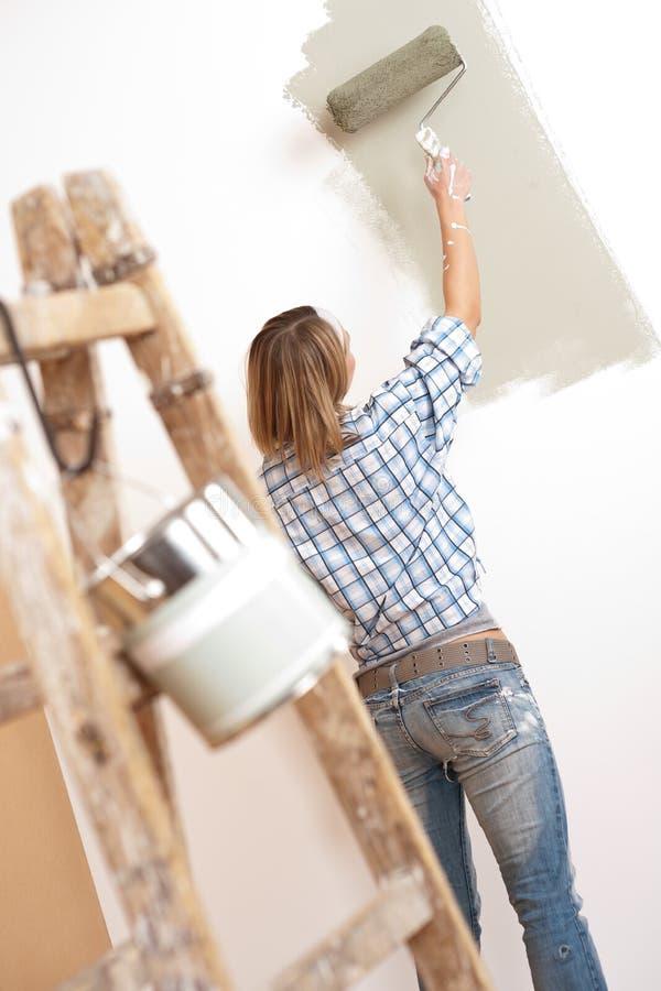 kvinna för hemförbättringmålarfärgrulle royaltyfri bild