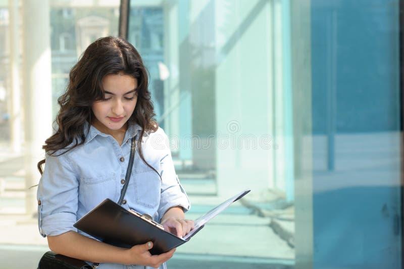 kvinna för holding för mapp för affärsförlagor arkivbilder
