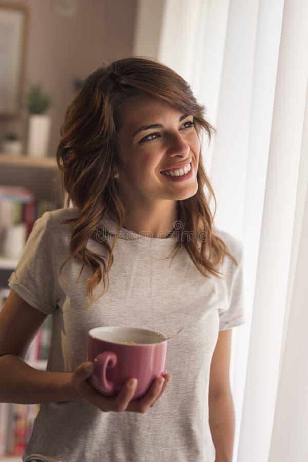 kvinna för holding för kaffekopp royaltyfri foto