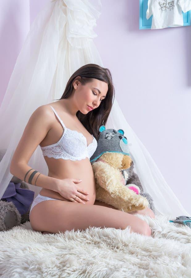 kvinna för hud för underlagomsorg gravid arkivfoton